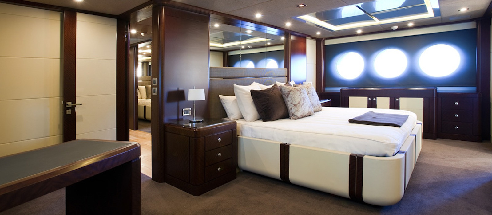 Master cabin on luxury boat hire Quantum