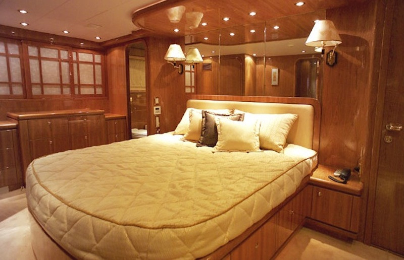 luxury boat hire on Oceanos master cabin